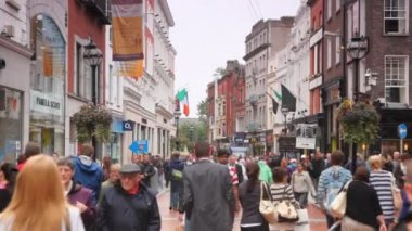 Busy are hurrying on business in a Grafton Street in Dublin, Ireland. — Stock Video