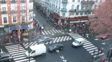 Brisk crossroads in Paris, France, the top view. — Stock Video