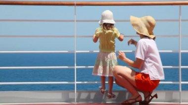 Mãe e filha fica no convés do navio de cruzeiro — Vídeo Stock