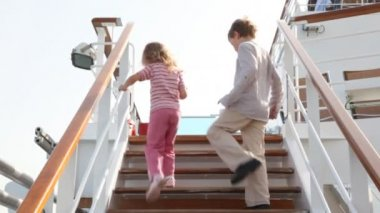 çocukları geminin güvertesinde merdivenden yukarı gidiyor ve kaybolan — Stok video