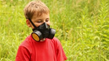 Having put on a gasmask the boy is standing — Stock Video