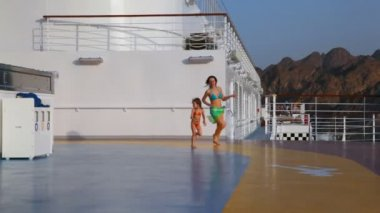 женщина с ее дочь работает в корабль — Стоковое видео