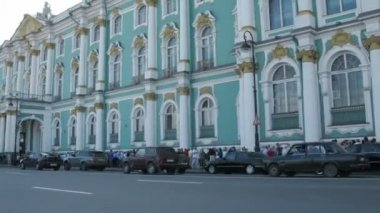 Tourists turn in the Winter Palace in St. Petersburg, Russia. — Stock Video