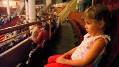 Ragazza triste siede nel circo prima dello spettacolo — Video Stock