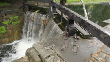 Man-made waterfall and sluice, 4th Lock, Circle Line, Grand Canal, Baggott Street in Dublin, Ireland — Stock Video