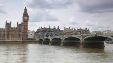 Houses of Parliament and Big Ben behind Thames river — Stock Video