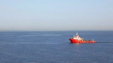 Fuego-apretado barco en mar — Vídeo de stock