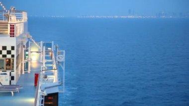 Cruiser no mar de noite navegando para fora da cidade — Vídeo Stock