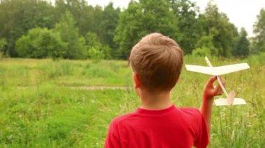 Niño jugando con un modelo de un avión — Vídeo de Stock