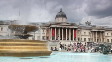 View of National Gallery, Trafalgar Square with fountain — Stock Video