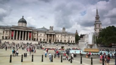 Walks on Trafalgar Square near National Gallery in London, UK. — Stock Video