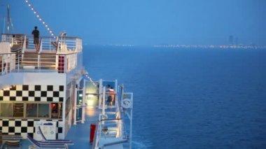 Mar de noite perto da cidade de misty com arranha-céus — Vídeo Stock
