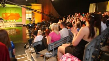 "Spectators applauding in TV studio of show ""Culinary Battle"" on channel NTV in Moscow, Russia. — Stock Video"