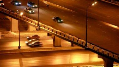 движение вокруг перекрестка на зимний мост ночью — Стоковое видео