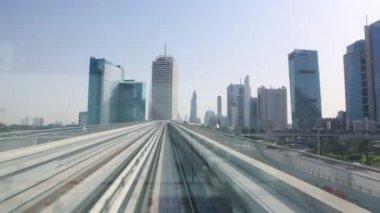 Découvre sur la ville sur la droite de la fenêtre du train monorail — Vidéo