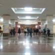 Students rush to class in hall of Lomonosov Moscow State University — Stock Video