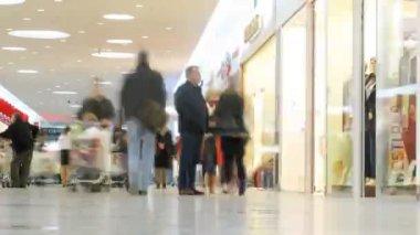 人们通过的段落在 aushan 大型超市 — 图库视频影像