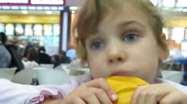 Miły dziewczynka ubrana w różowy sweter jadalnia w hipermarket, upływ czasu — Wideo stockowe