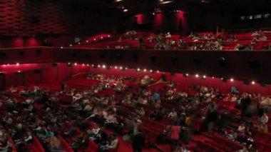 在动画 2 x 2 晚期间聚集在电影院大厅的人 — 图库视频影像