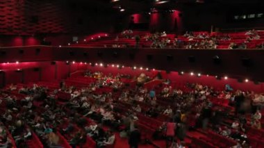 People who gather in cinema hall during Night of animation 2x2 — Vídeo Stock