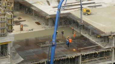 Workers pour concrete at Losiniy Ostrov estat — Stock Video