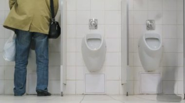 Men using urinals in supermarket toilet — Stok video