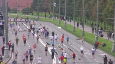 Participants run near Kremlin on XXX MOSCOW INTERNATIONAL PEACE MARATHON. — Stock Video