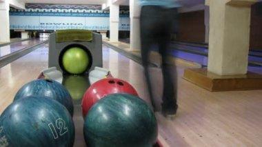 Iki adam play bowling parlak club, zaman atlamalı — Stok video