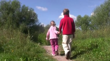 Little boy and girl go back on path in park. Summer day. — Stock Video