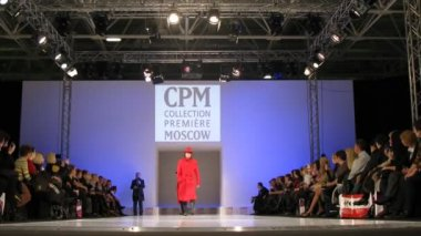 Men dressed in red on stage during Collection Première Moscow — Stock Video