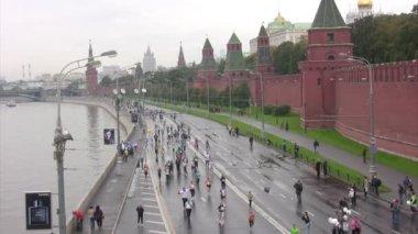 Participants run along quay on XXX MOSCOW INTERNATIONAL PEACE MARATHON — Stock Video