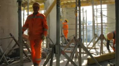 Workers build scaffolding at Losiniy Ostrov estate — Stock Video