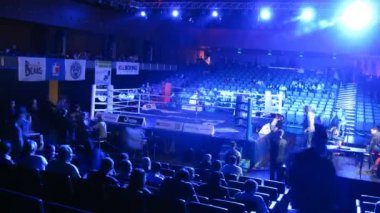 Spectators take places before WSB boxing match — Stock Video
