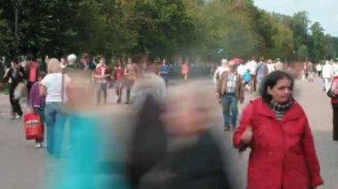 Lots of people walk in Sokolniki Park — Stock Video