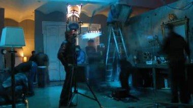 Equipe de filmagem prepara decorações ao fazer clip de vídeo letet — Vídeo stock