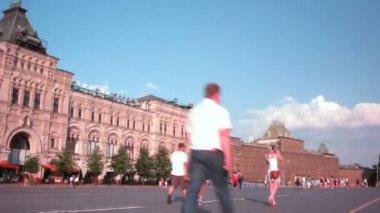 Insanlar üzerinde kırmızı kare, panoramik manzaralı yürüyüş — Stok video