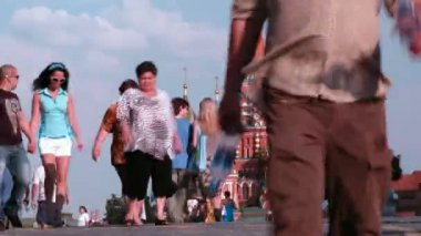 People pass across bridge in front of Saint Basil's Cathedral — ストックビデオ