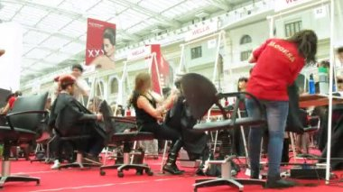 Hair stylists take part in contest during XVII festival Mir Krasoty — Stock Video