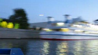 Bateaux à vapeur près de la cathédrale du christ sauveur à la soirée — Vidéo