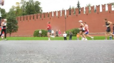 Legs of runners on XXX MOSCOW INTERNATIONAL PEACE MARATHON — Stock Video