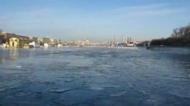 Passeio de barco sob a ponte de krymsky, em moscou, lapso de tempo de inverno — Vídeo Stock