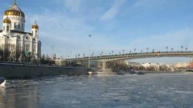 Paseo en lancha de invierno junto a la catedral de cristo el salvador, lapso de tiempo — Vídeo de Stock