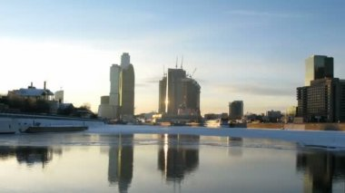 Barco termina seu curso pelo rio moskva e vira para trás, lapso de tempo — Vídeo stock