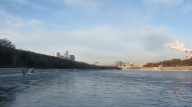 View from boat on icy Moskva-river, time lapse — Stock Video