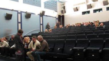 Se reúne la gente en el pasillo del cine club de 35 mm — Vídeo de stock