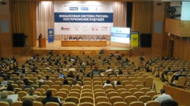 People listen to report at Russia's financial system: post-crisis future forum — Stock Video