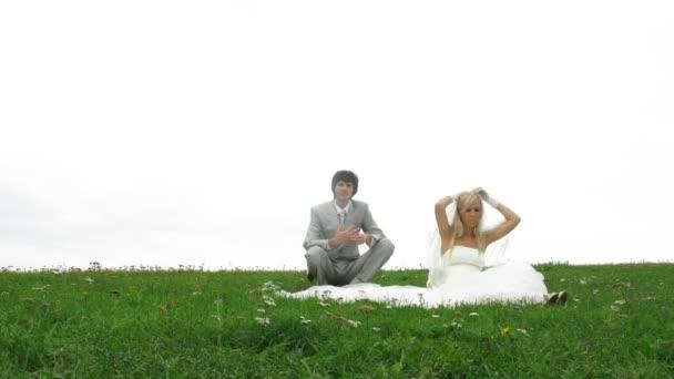 Photographe tire le couple de jeunes mariés avec toutou — Vidéo