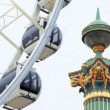 Pillar sculpture with golden decoration, backdrop ferris wheel — Vídeo de stock