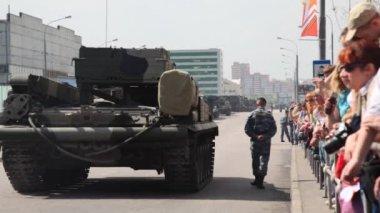 Persone in piedi alla ringhiera e guarda su armi in strada in parata — Video Stock