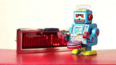 Closeup di robot di un blu orologio cammina sul tavolo davanti al pannello di illuminazione con tecnologia di parola, tamburo batte — Video Stock